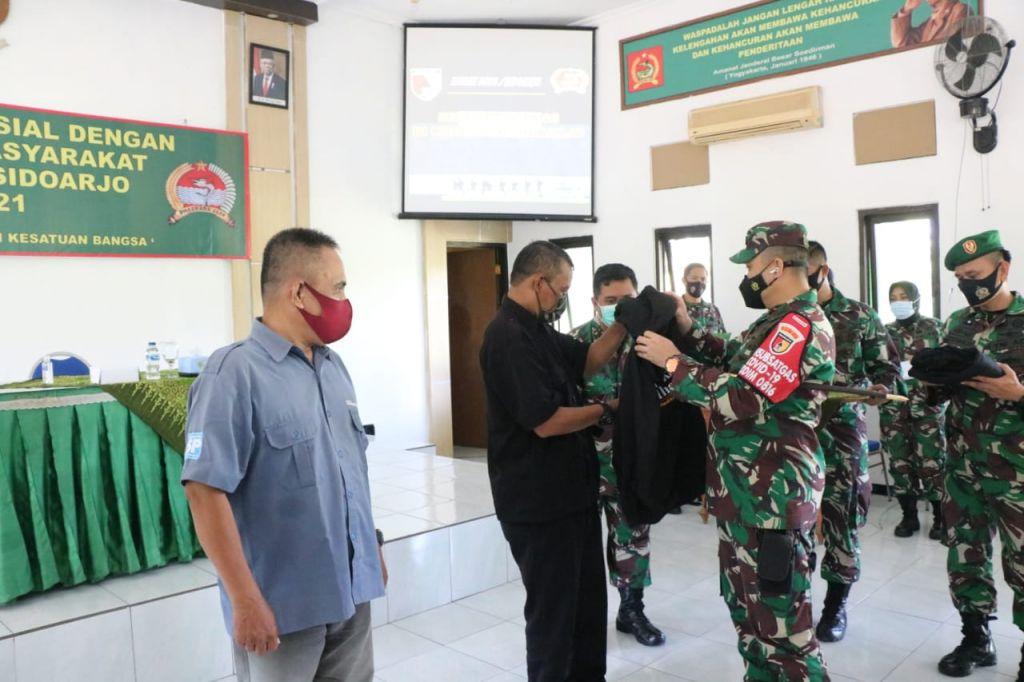 Dandim 0816 Sidoarjo Sematkan Jaket pada Wartawan