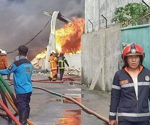 Kebakaran Gudang Palet Plastik Merembet Ke Rumah Warga