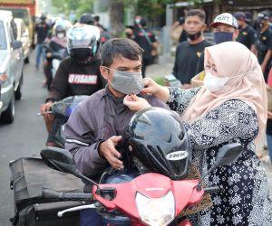 Bersama Komunitas Warga, Wabup Lisdyarita Bagi Masker dan Takjil