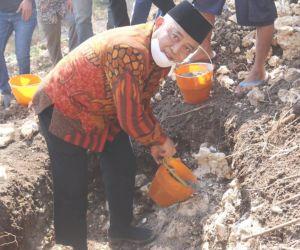 Bupati Malang Meletakkan Batu Pertama Pembangunan Ponpes Fastabiqu Al Khoirot