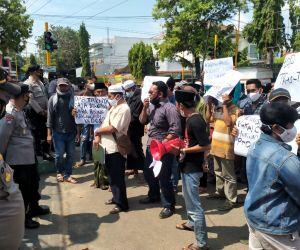 Pilkades Payudan Daleman Memanas, Puluhan Warga Demo Kantor DPMD Sumenep