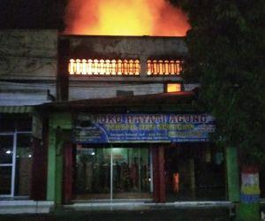 Toko Tekstil dan Seragam di Ponorogo, Dilalap Api