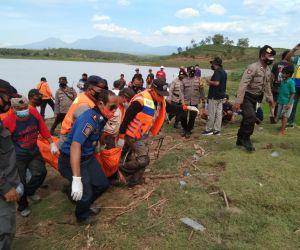 Brimob Madiun Terjunkan Tim SAR Bantu Pencarian Korban Tenggelam di Waduk Dawuhan