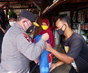 Kapolda Metro Jaya Beri Bantuan Sembako Kepada Warga Depok