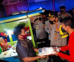 Lagi, Kapolres Tuban Pantau PPKM sambil Bagikan Bansos ke Warga Terdampak Covid 19