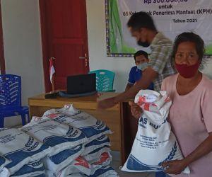 Peserta PKH dan BST Desa Waka Manggarai Barat Terima Beras Bantuan PPKM