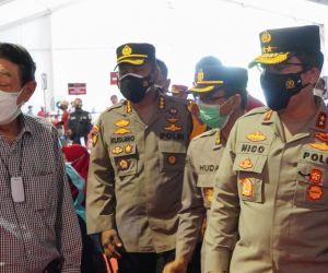 Kapolda Jatim Tinjau Vaksinasi Kalangan Pekerja di PT Santos Jaya Abadi