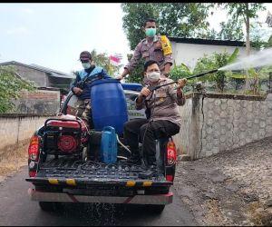 7 Orang Satu RT di Ponorogo Terjangkit Covid-19, Polsek Pulung Semprot Disinfektan