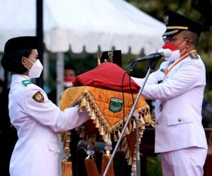 Wakil Wali Kota Batu, H. Punjul Santoso Pimpin Upacara Penurunan Bendera