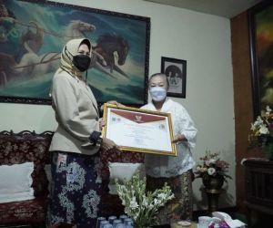 Sang Maestro Batik Kota Batu Dapat Penghargaan dari Wali Kota