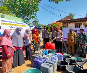 Polres Tuban Distribusikan 40 Ribu Liter Air Bersih untuk Masyarakat Ngandong