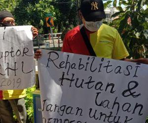 Diduga Ada Penyelewengan Dana Rehabilitasi Hutan dan Lahan, YKCA Unjuk Rasa Perhutani