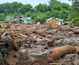 80 Tewas dan 70 Hilang Dalam Banjir Flores
