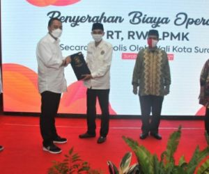 Walikota Eri Naikkan Gaji RT dan RW di Surabaya