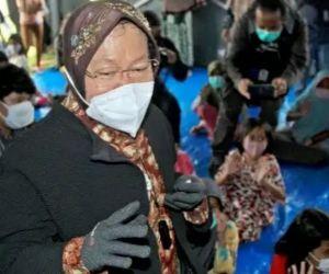 Diomeli Korban Banjir NTT, Mensos Risma Tak Marah