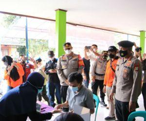 Kapolres Bekasi Kota Tinjau Vaksinasi Massal di Mustika Jay