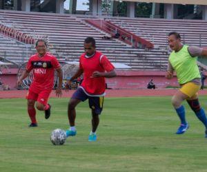 Jalin Kebersamaan, Kapolresta Sidoarjo Ajak Pelajar Papua Sepak Bola