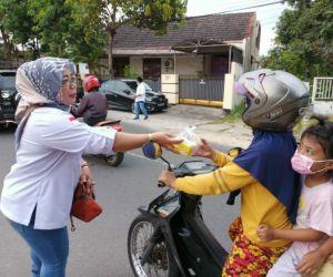 Rina Haryati, Anggota DPRD Kota Madiun Bagi Takjil bersama Ansor dan Banser