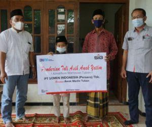 Humas SIG Pabrik Tuban Beri Taliasih kepada Yatim Almarhum Wartawan