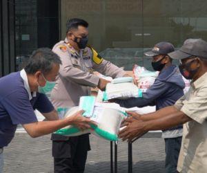 Polresta Sidoarjo bersama Yayasan Budha Bagikan 1.100 Paket Sembako