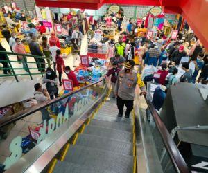 Kendalikan Kerumunan Massa, Kepala Pos Pengamanan Ketupat Pasar Krian Turun Tangan
