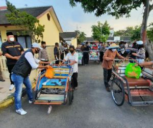 HDCI Madiun dan Polisi Turun ke Jalan Bagi Sembako untuk Warga