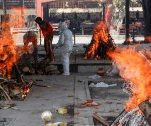 Saking Banyaknya, Jasad Pasien Corona di India Dibakar di Ruang Terbuka