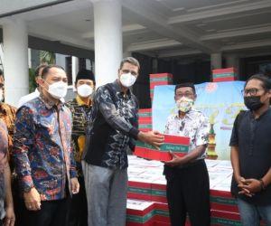 Pemkot Surabaya Bagikan 700 Paket Sembako Untuk Seniman